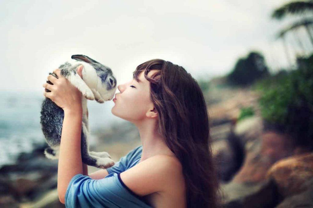 Une femme qui tient un lapin qu'elle vient d'adopter