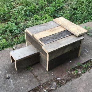 Une maison en bois carrée pour hérisson