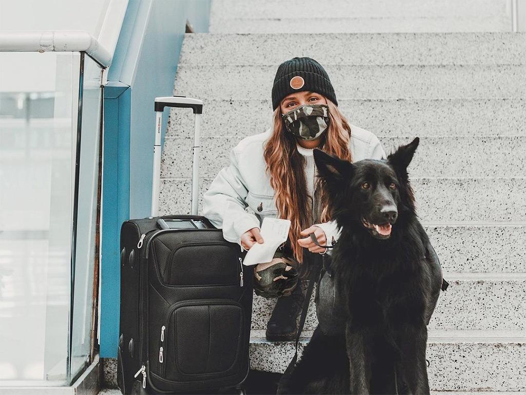 chien à l'aéroport avec sa maîtresse